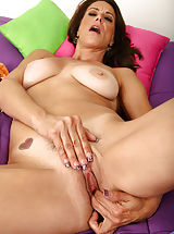 Mature vixen uses a high powered vibe to make her pussy quiver